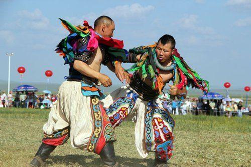 搏克手在天堂草原锡林郭勒·那达慕大会开幕式上表演