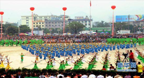 由世居该州的1050名傣族民间艺术家集体表演的千人孔雀舞