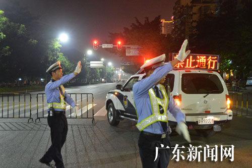 交警在路口指挥交通