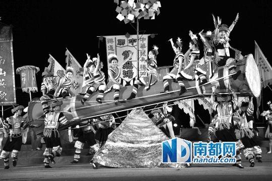 开幕式上表演的瑶族《长鼓舞》。南都记者 高贵彬 摄