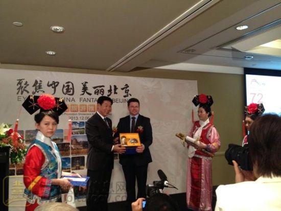 在悉尼推介会上,赵广朝委员向议员Mark Coure赠送北京旅游纪念品
