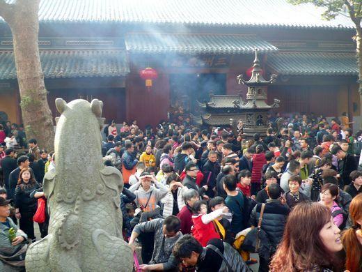 普济寺内挤满了香游客
