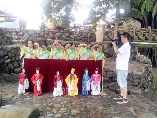 央视社会新闻部记者拍摄土楼提线木偶