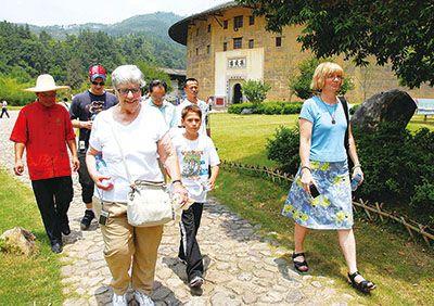 永定县良好的外在形象和浓厚的文化氛围吸引海内外游客纷至沓来。