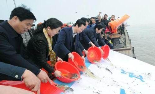 长江江苏扬中段举行增殖放流百万尾各类名贵鱼种活动现场
