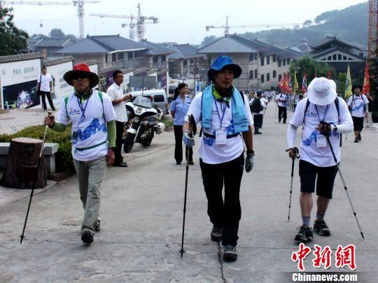 """9月7日,第27届泰山国际登山节韩国登山大会在泰山封禅大典广场举行。图为""""全副武装""""的韩国登山爱好者。 黄品璇 摄"""