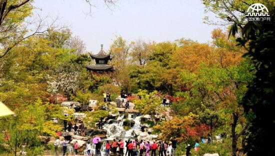 美景吸引众多游客拍照