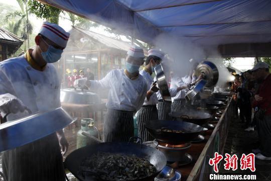 海口火山口公园举办火山口富硒大锅饭开炉仪式。 吴天军 摄