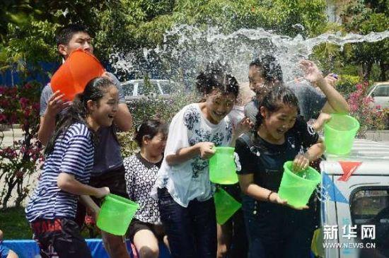 4月12日,人们在云南省德宏傣族景颇族自治州芒市泼水狂欢。