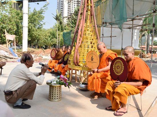 德高望重的长者和僧侣为加冠仪式颂经祈福