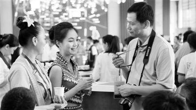 海外华文媒体记者在斗茶现场采访   孟江波摄