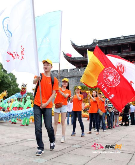游走队伍向徐霞客古道迈进。(记者惠广亮摄)