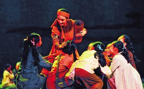 在第六届草原lifa88老虎机开幕式上演出的民族舞剧《草原记忆》