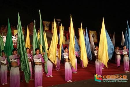 """宜春职业技术学院医学院46位同学表演了第一部分""""请月""""旗队节目。"""