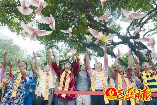 市民游客放飞和平鸽祈福国泰民安。陈文 摄