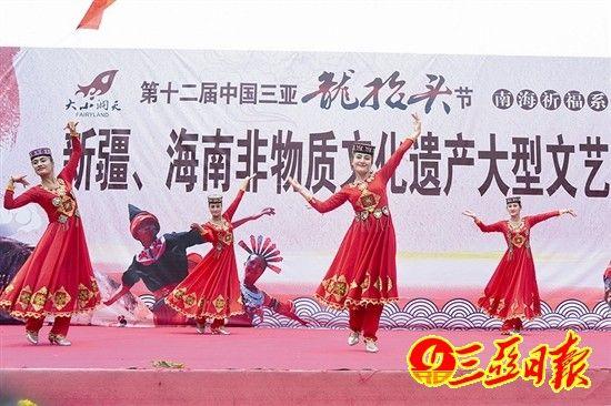 新疆民族歌舞精彩纷呈。陈文 摄