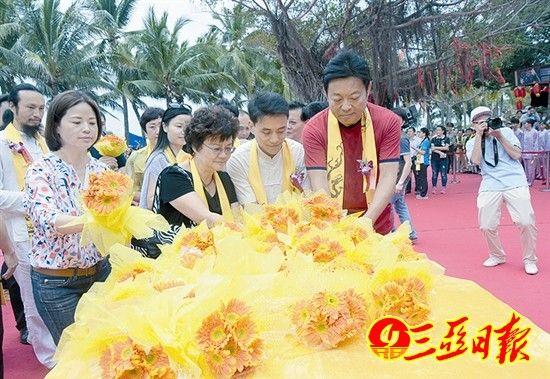市民游客向龙王献花。陈文 摄
