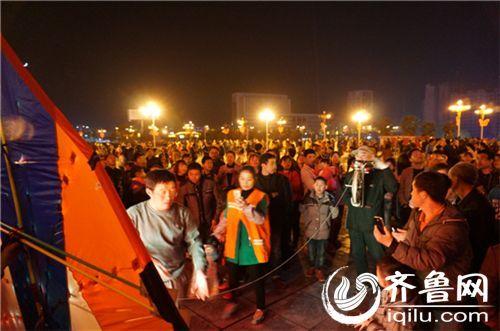 """3月26日晚,在万山区""""双创""""园的上空飘扬着各式各样色彩缤纷的夜光风筝。"""