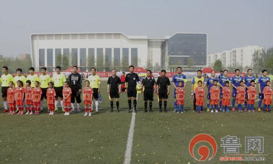 首场比赛,双方运动员入场亮相。