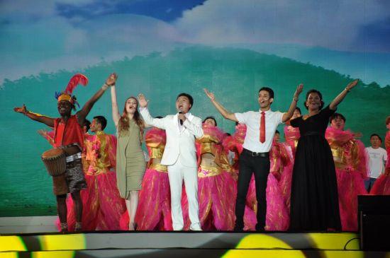 第二届六月六山歌大赛国际赛区歌手与山歌王同台献艺。 本报记者 姚进 摄